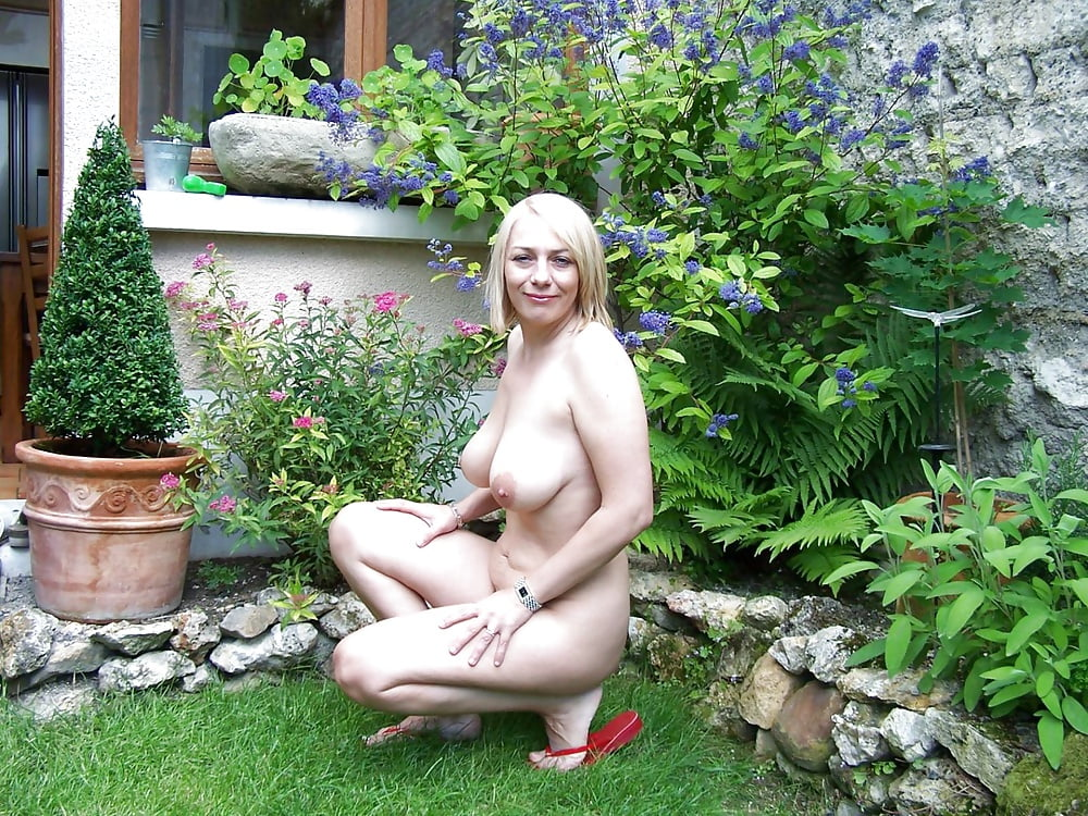 naked-housewife-outside