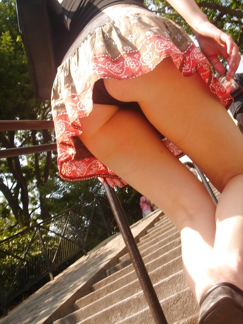 подсмотренное видео в мини юбке без трусиков