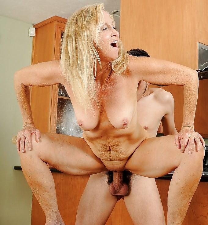 Зрелые домохозяйки порно ебут в задницу