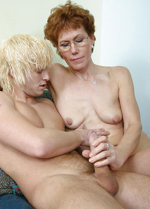 сексуальных мастурбация зрелая с молодым огромным удовольствием