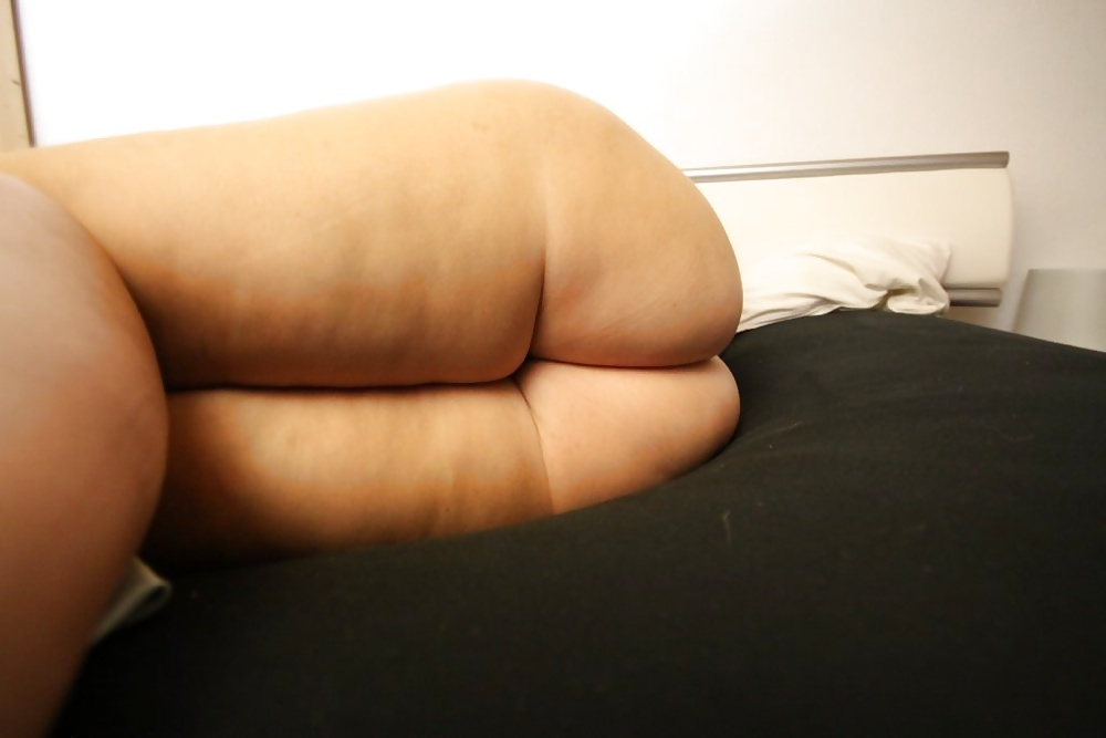 girl-sleeping-with-bare-ass