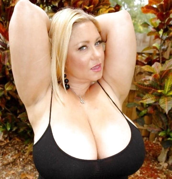 зрелая женщина с большими как дыни грудями - 3