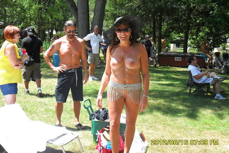 Attractive Nudes A Poppin Crowd Pic