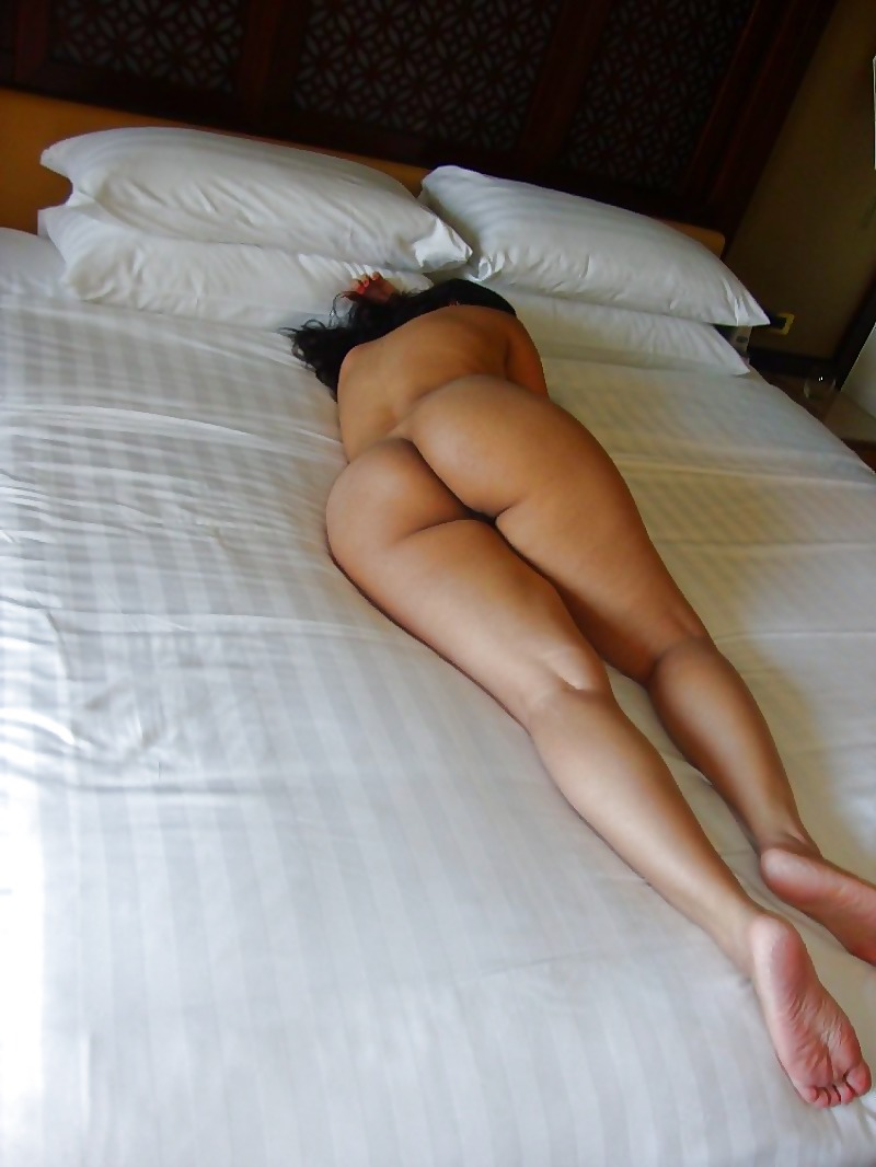 woman-sleeping-naked-butt