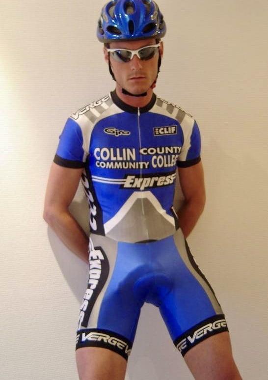 Мужчины в велосипедках и в сперме, сперма на лобковых волосах