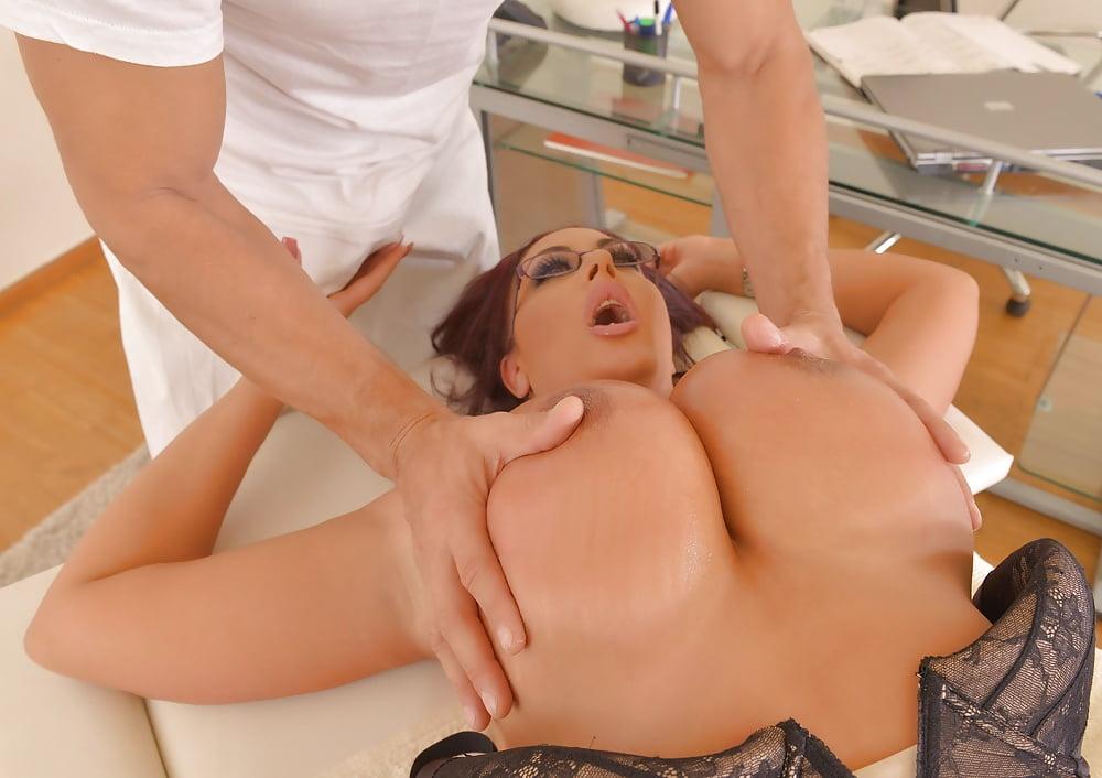 Жен массаж члена грудями