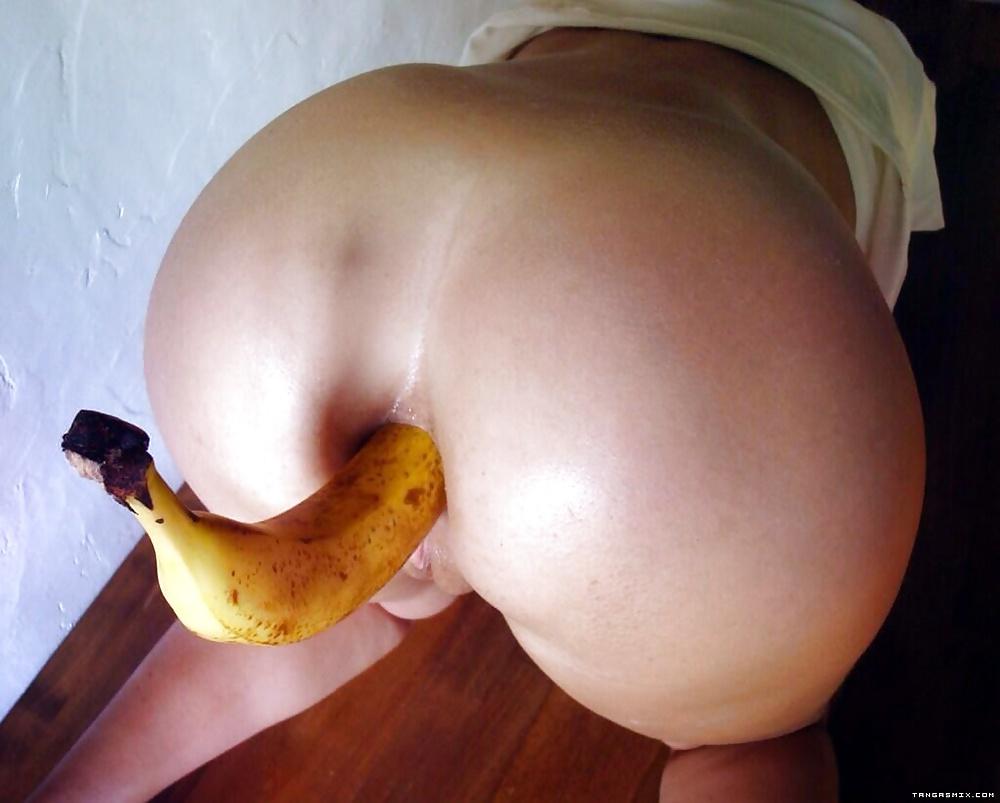 считаем, извращенец бананом без кожуры трахает в задницу девушку офигел, когда снял