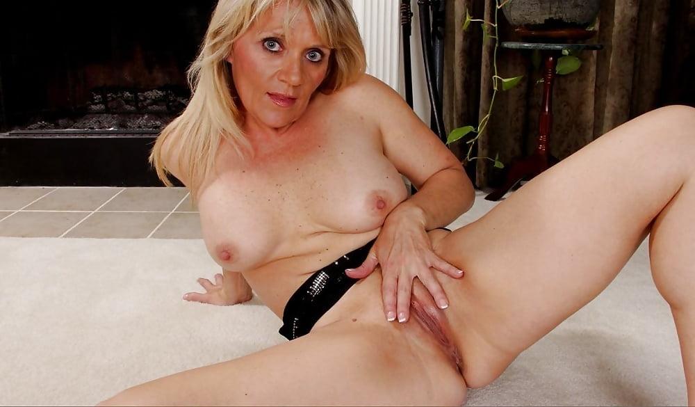 Nude mature blonde chicks seks