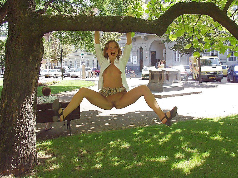 фото девушек без трусов на дереве