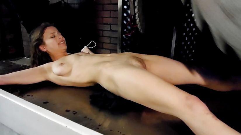 naked-girl-clip-saw