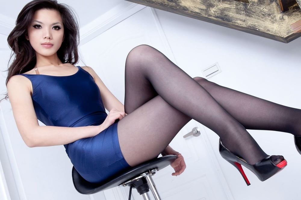 Japanese girl black pantyhose - 16 Pics