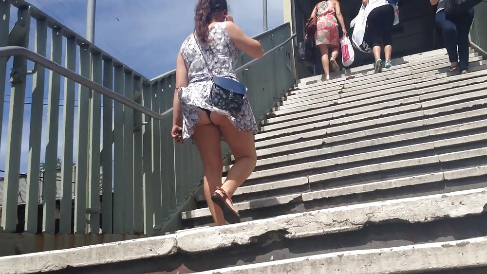 девушка девушка дрочит пацану под лестницей фото семейных пар