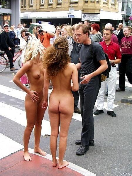 танцует голая на публике