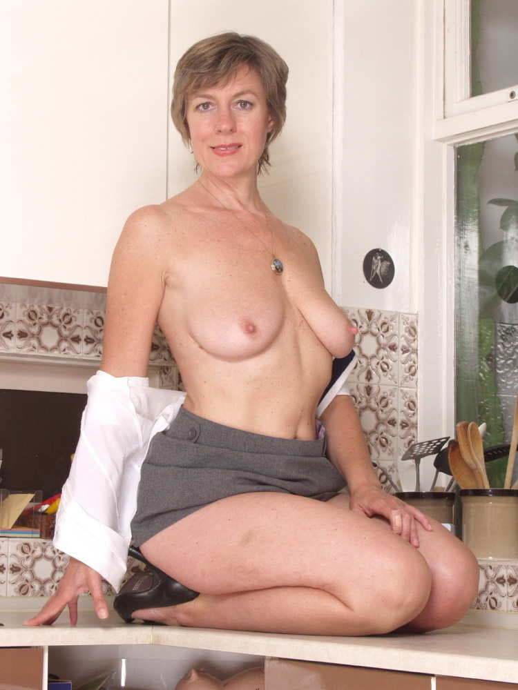 Mature english babe - 40 Pics