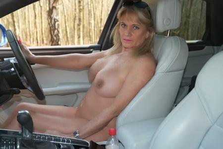 Auto frau nackt Frau Nackt