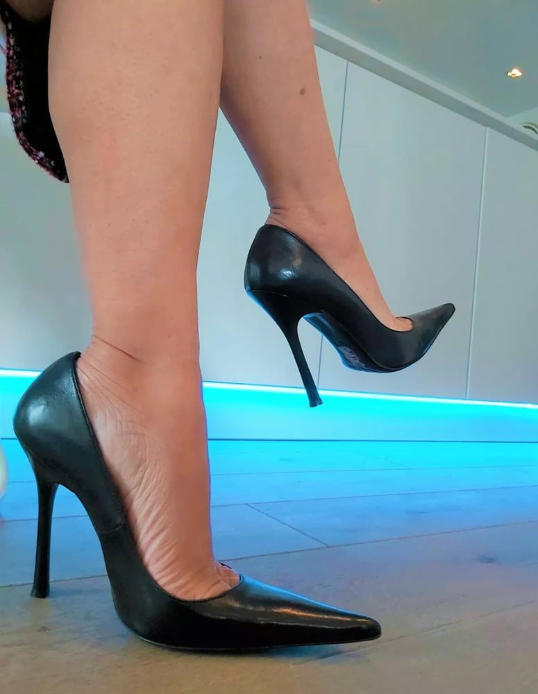 Steamy legs in nylons and high heels- 92 Pics