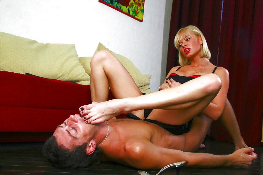 фото смотреть онлайн лизать ноги госпожи том числе