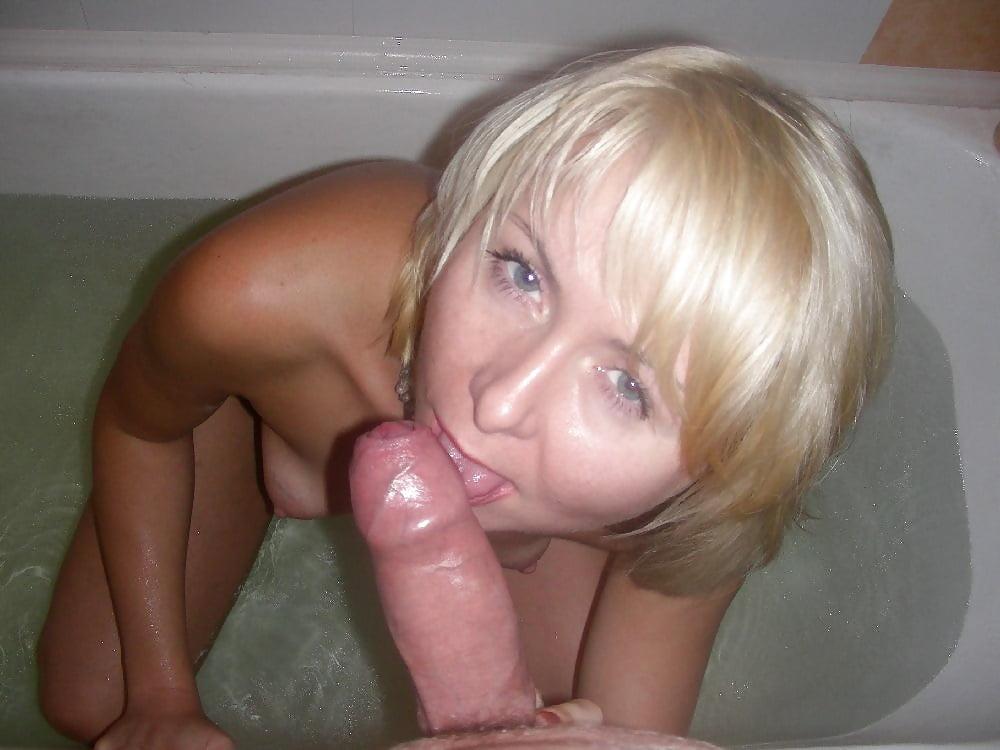 Сосет член в ванной дома метро