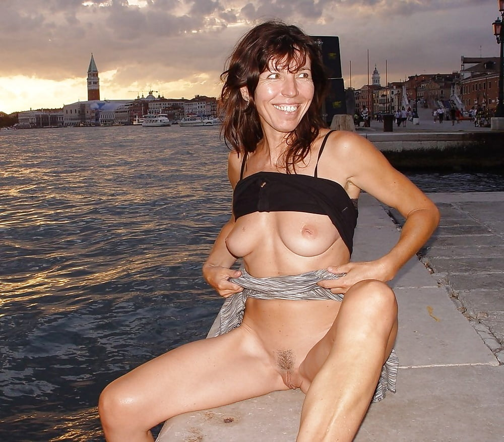 submitted-wife-flashes-nude-in-public