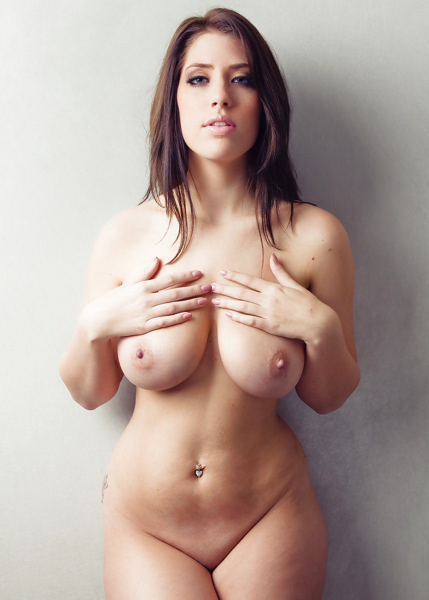 naked-sexy-white-thick-brunette-topless-gisele-harabo
