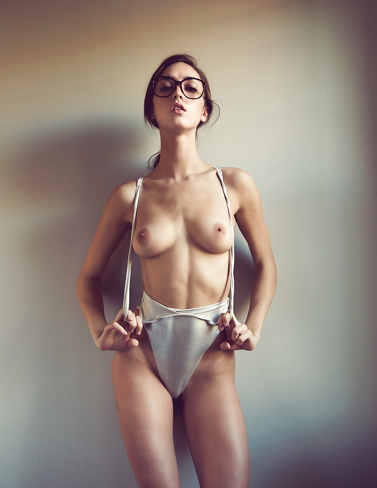 насаживал меня фото обнаженных девушек в очках красотки