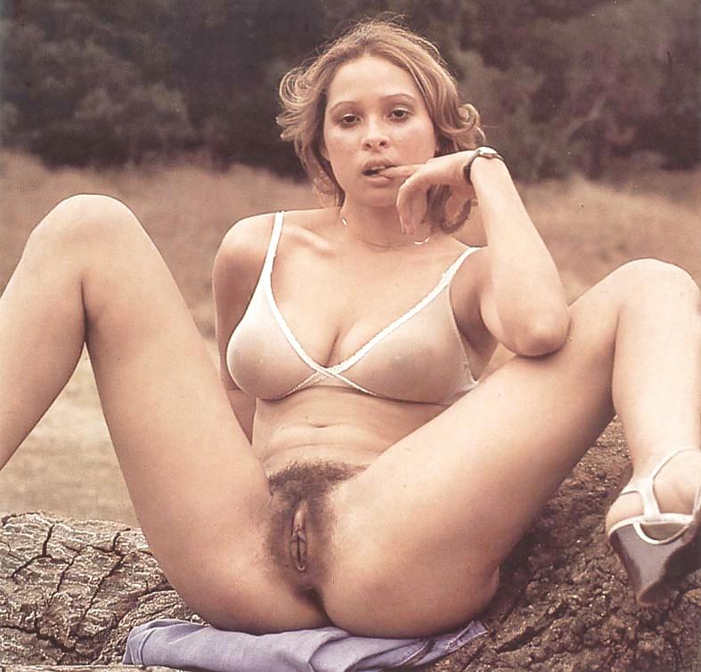 frantsii-porno-retro-porno-razdelas-pered-kameroy-s-ulibkoy-telki-yubkah-porno