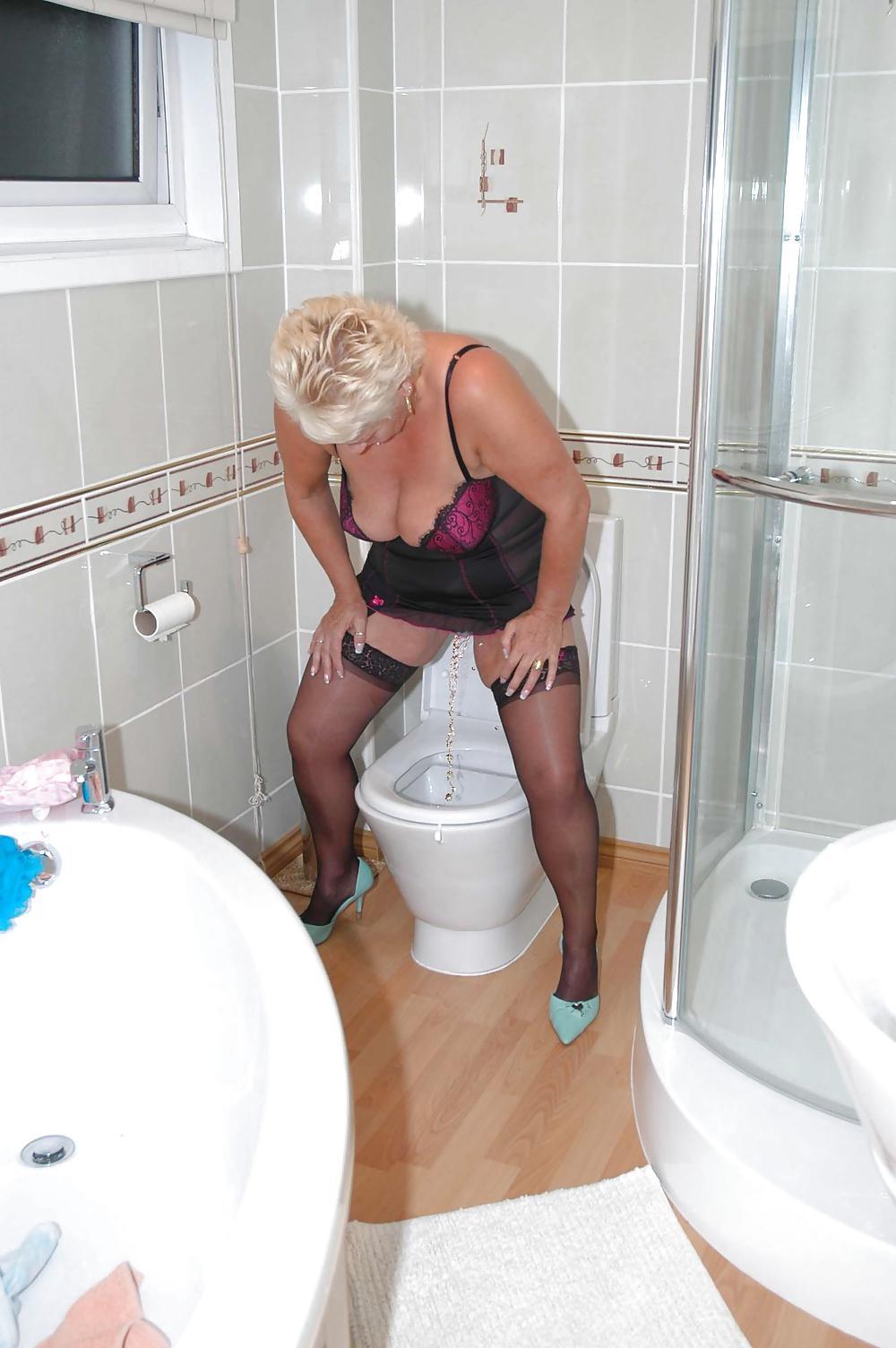 sperme-russkim-pisayushie-zhenshini-foto-tualet-trahayut-stoya