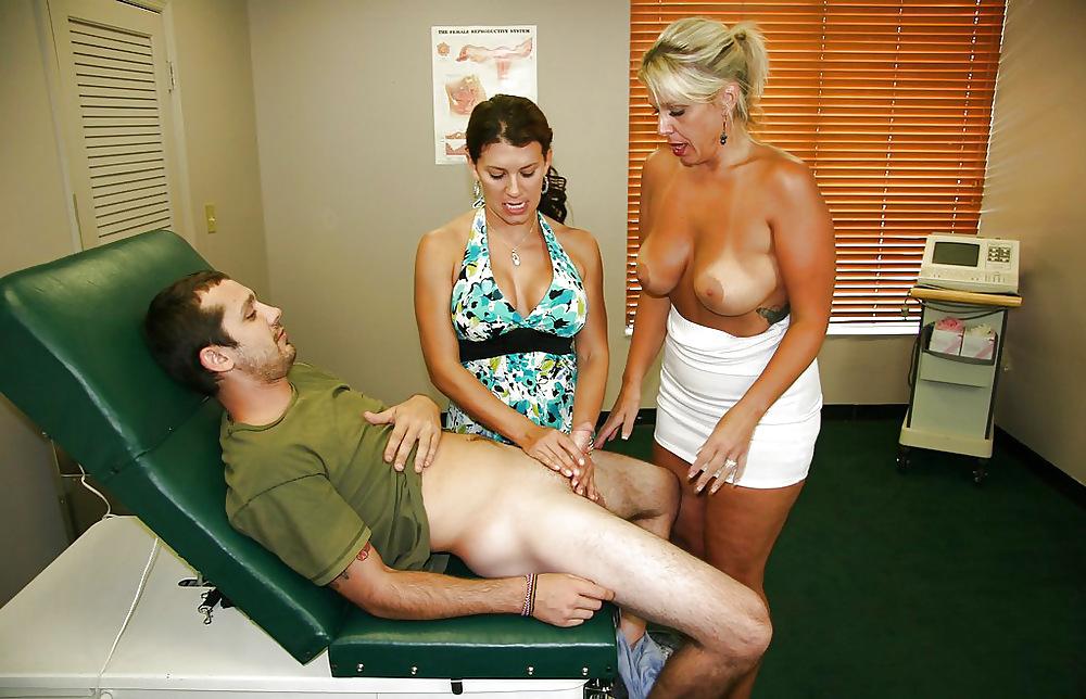 врачиха сказала подрочить парню член для осмотра рука юркнула