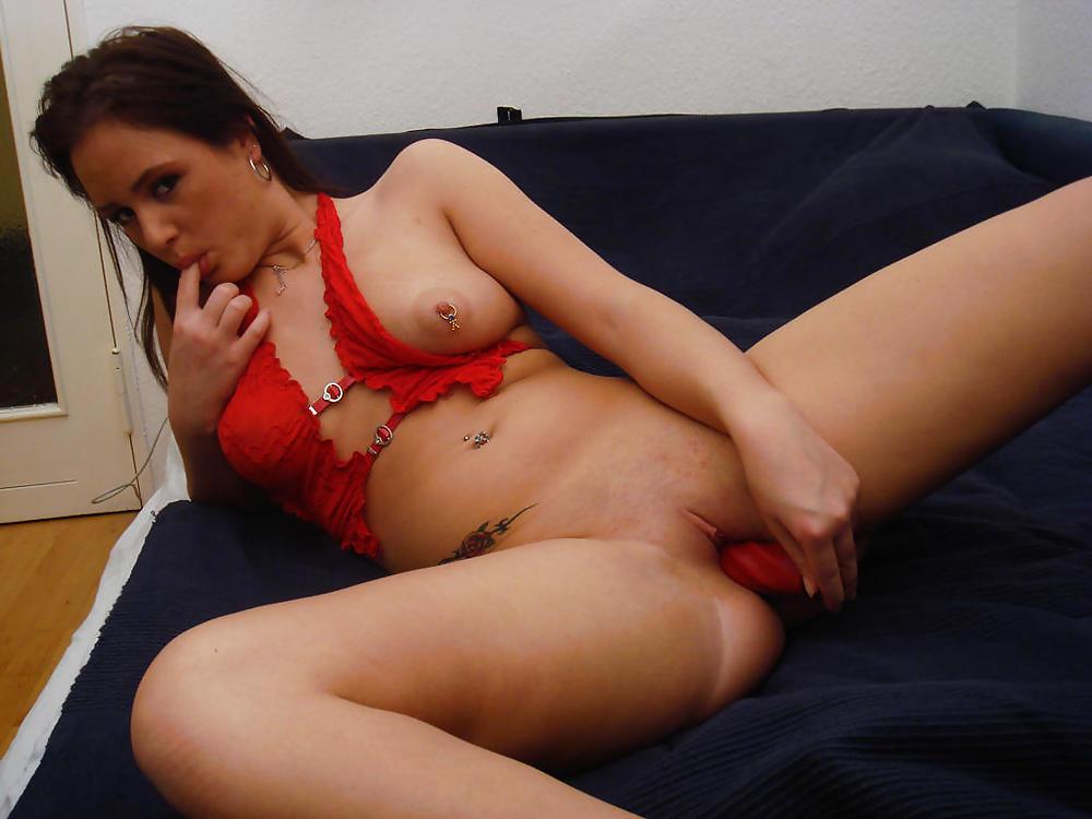 Девчонка с большой грудью мастурбирует знаменитости порой