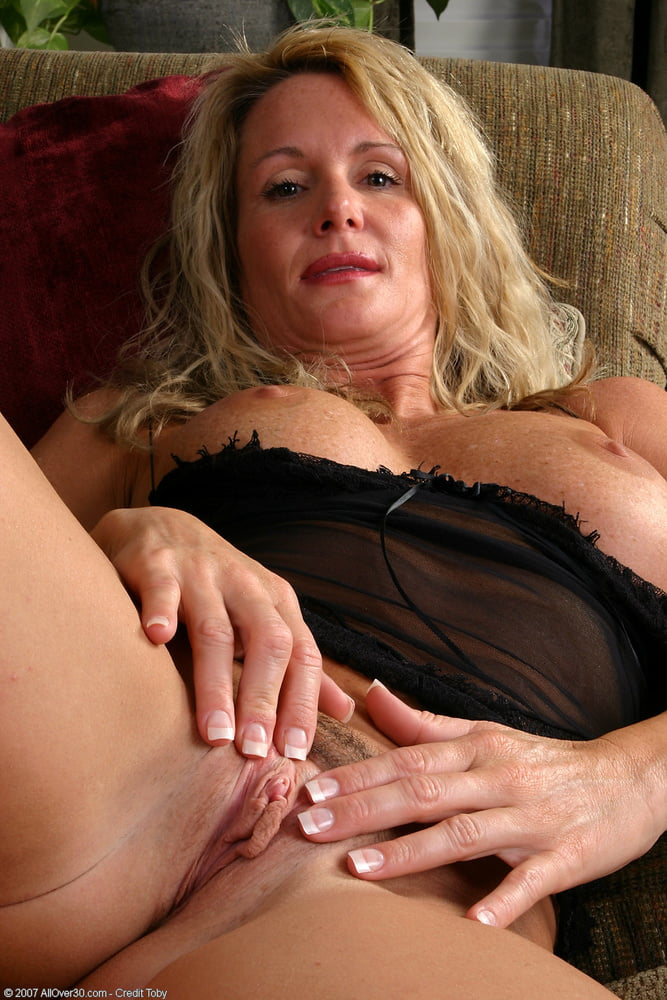Sexy older women fingering themselfs 14