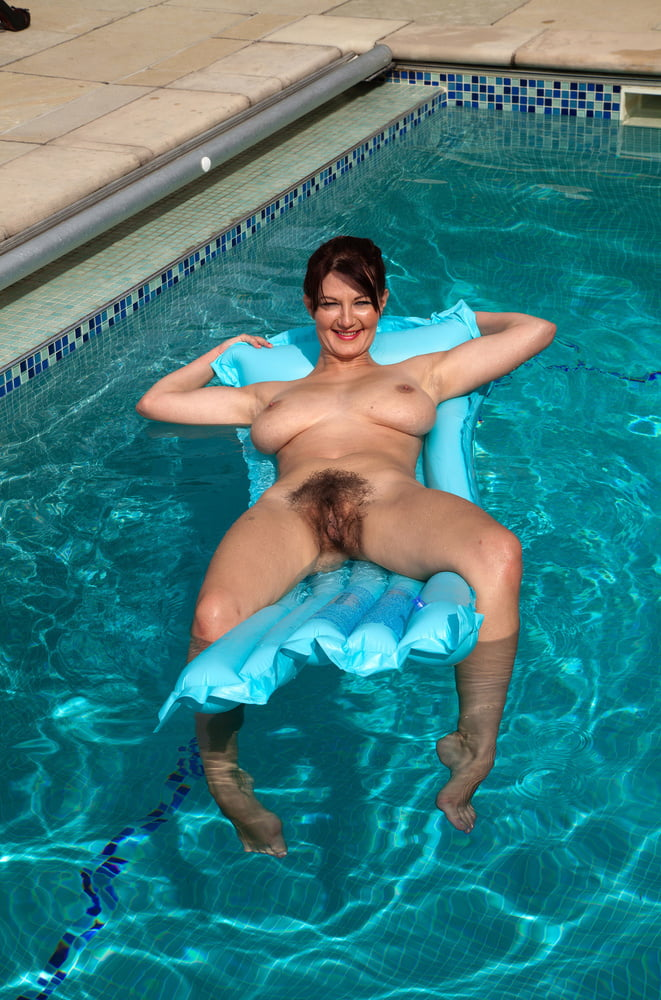 naked-pussy-in-swimmingpool