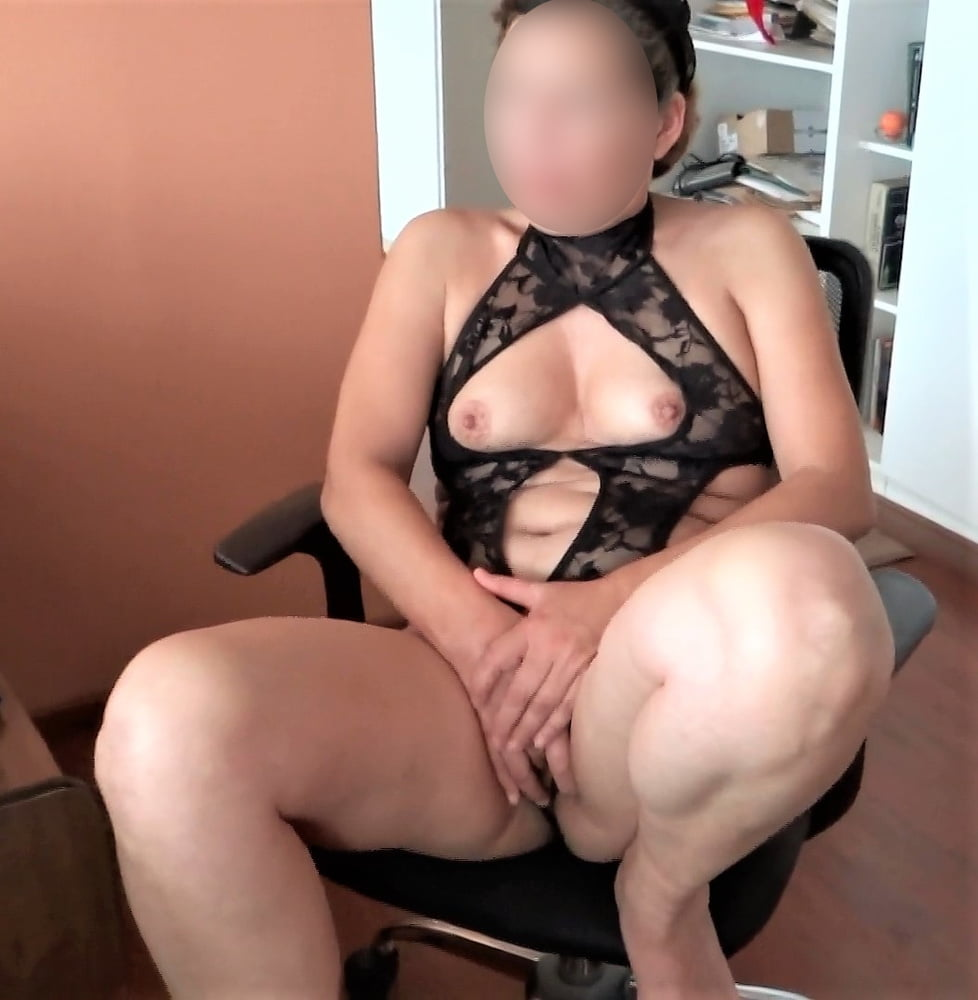 Mature wife shows off, watch her videos too - 48 Pics