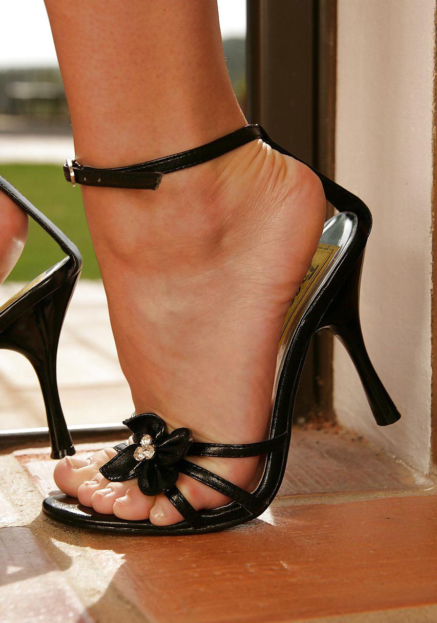 Фото ног в сексуальных босоножках, огромные жирные жопы смотреть фото женщин на каблуках