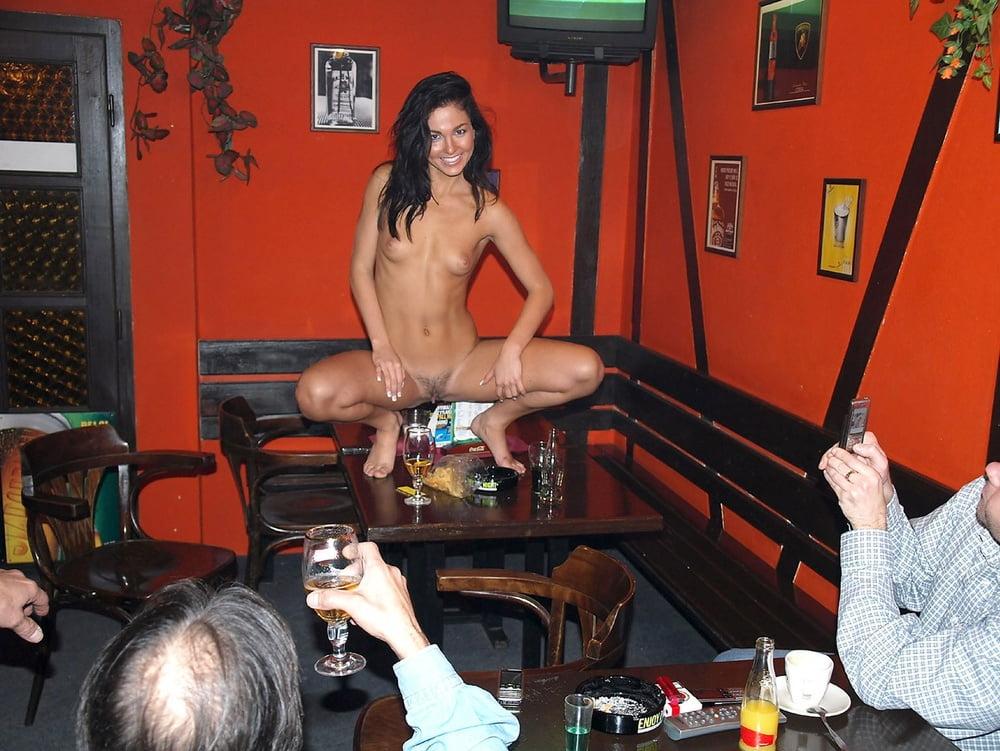 голые пьяные посетители в баре - 3