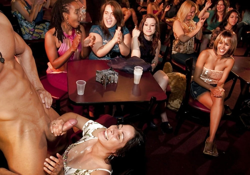 Девчата устроили вечеринку и наняли стриптизера порно, к столбу привязанные девушки