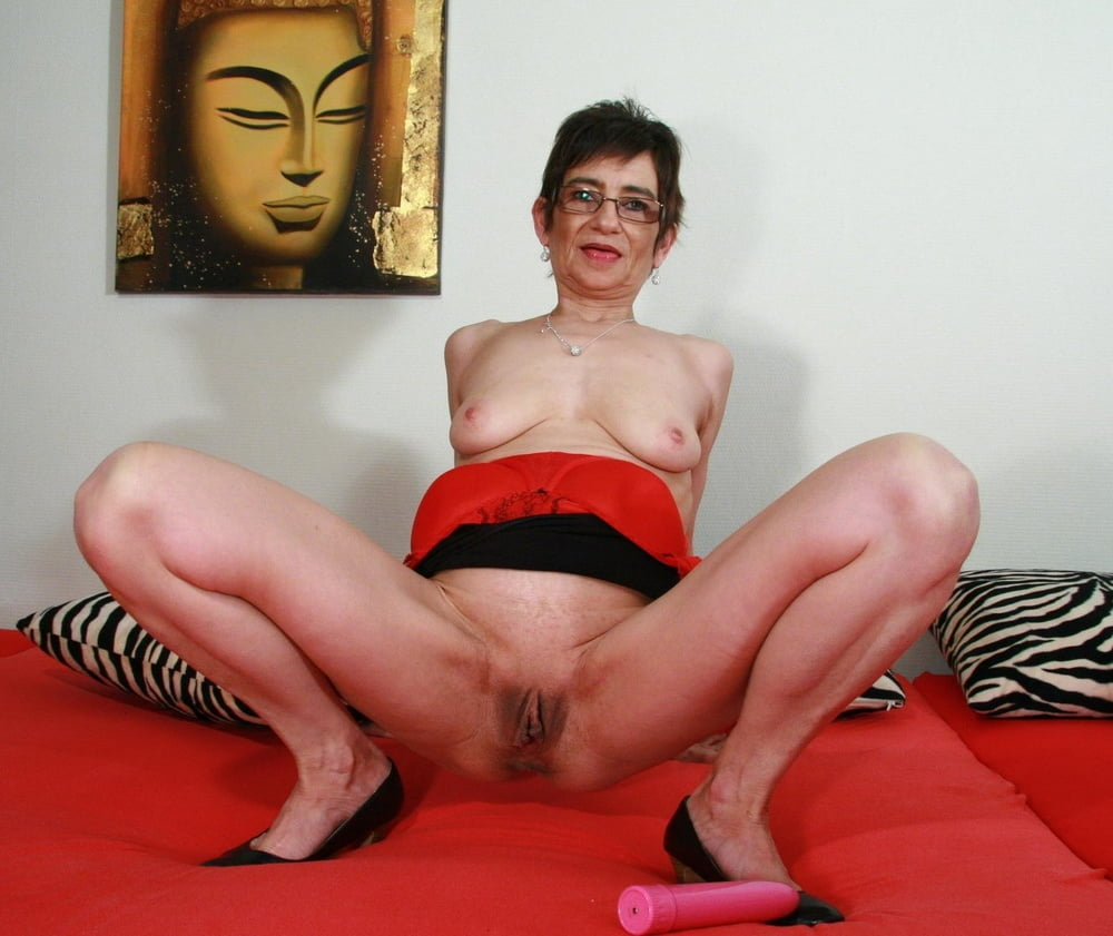 mature-nerdy-woman-sarah-michelle-gellarhaving-sex