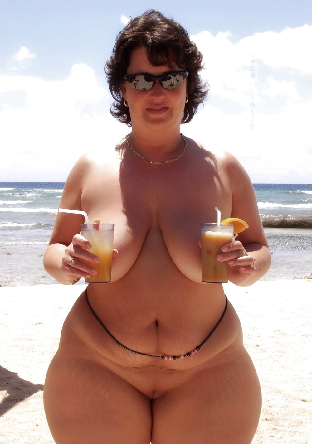 Chick wordt opgepikt op het strand - 1 9