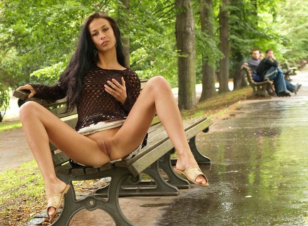 порно девушка показывает свою пизду на улице - 6