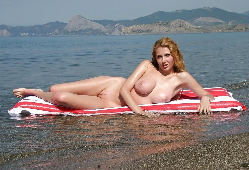 Голые девушки на курортах фото, порно девушка играет с мужскими сосками
