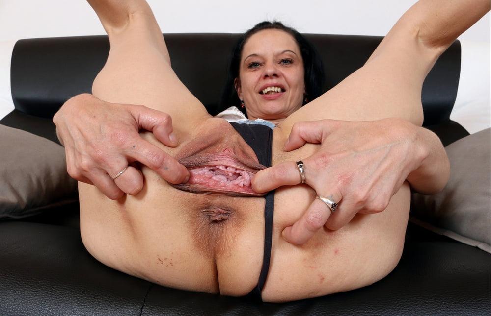 Mature pussy spread solo