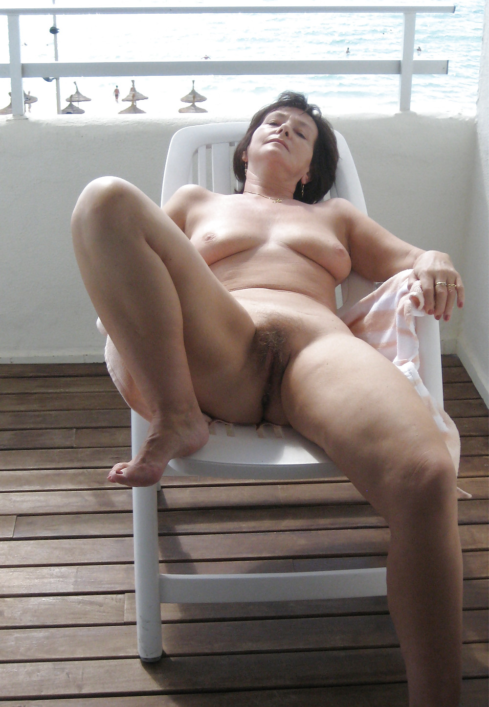 Naked mom caught nude