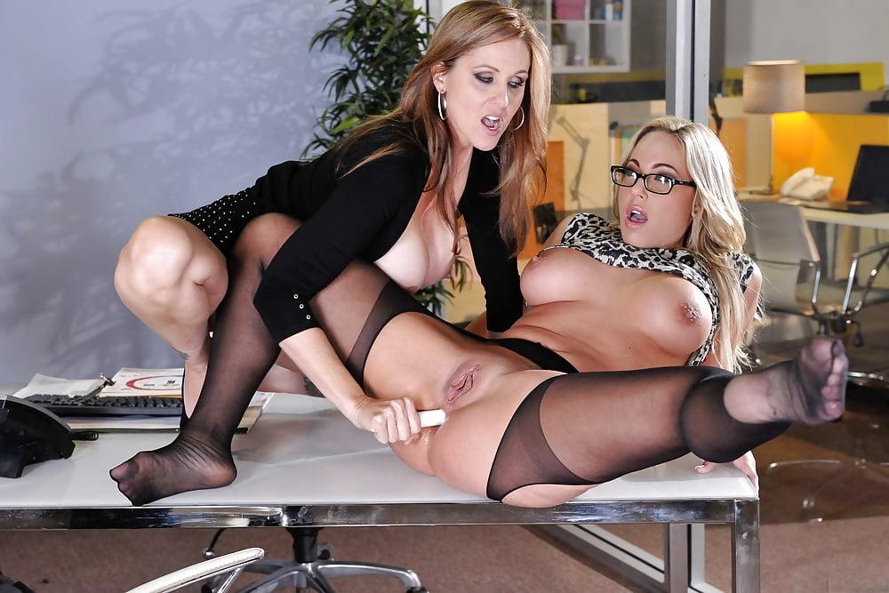 смотреть порно секретарша лесби уверен