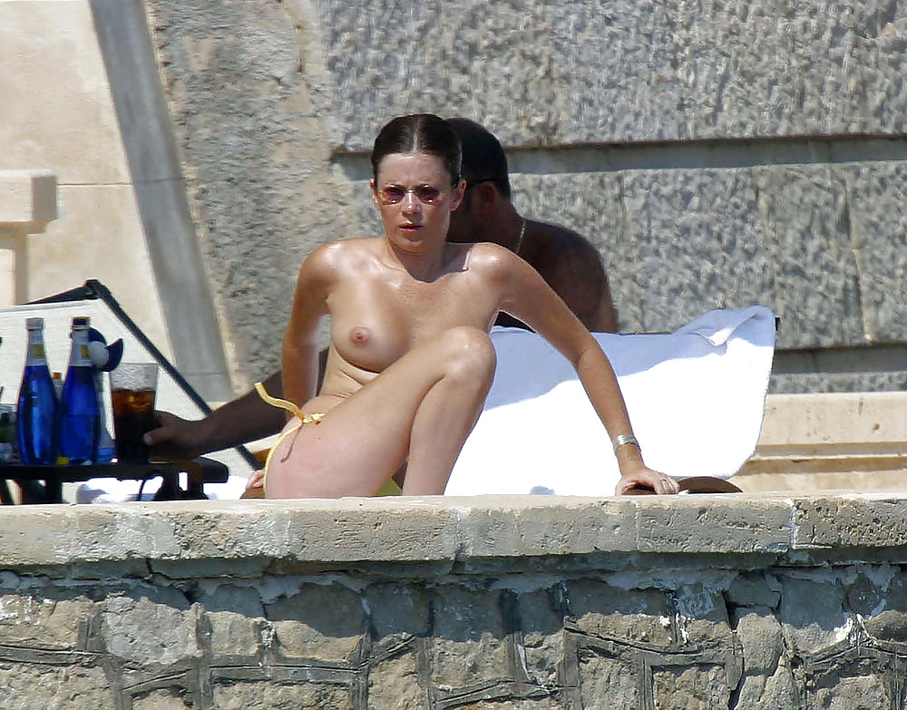 Anna friel exposing her nice tits and pussy upskirt in car paparazzi pictures