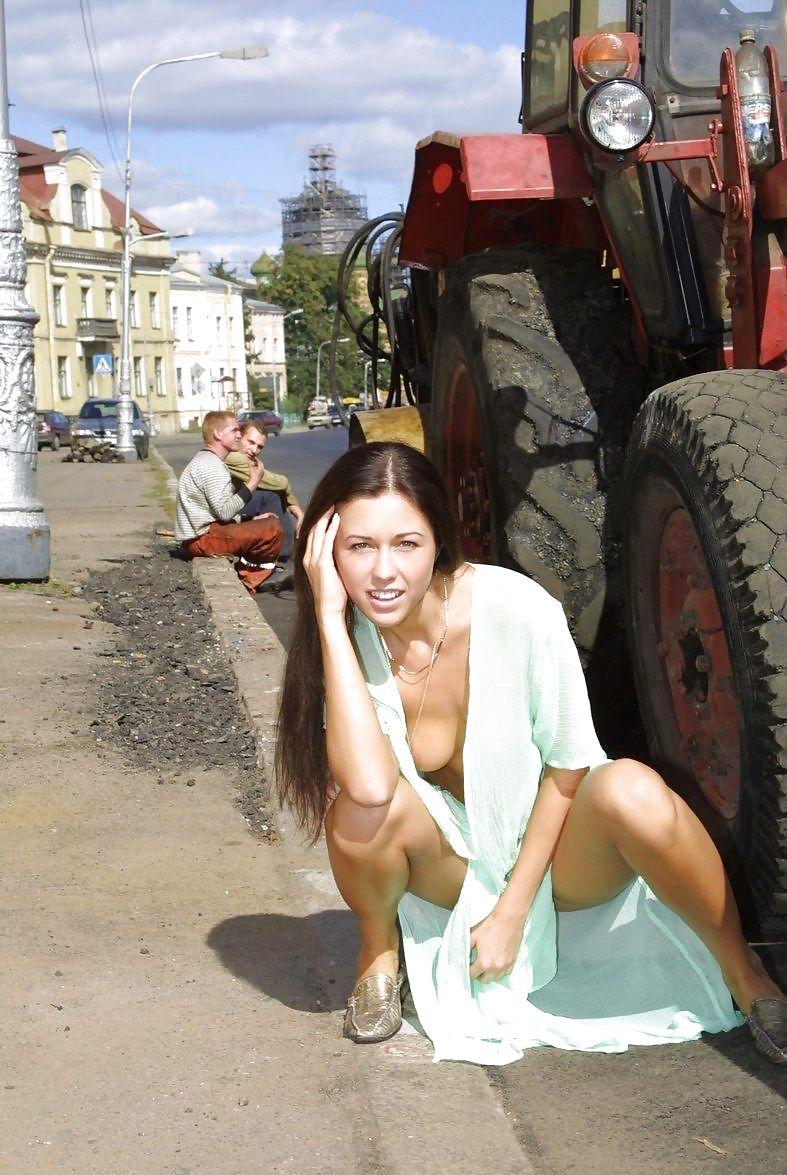 sayti-mira-lyubitelskiy-striptiz-zheni-na-ulitse-foto