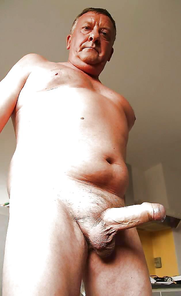 Толстый мужик показывает член