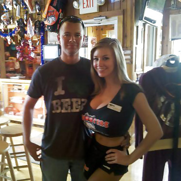 girls of hooters show their tits