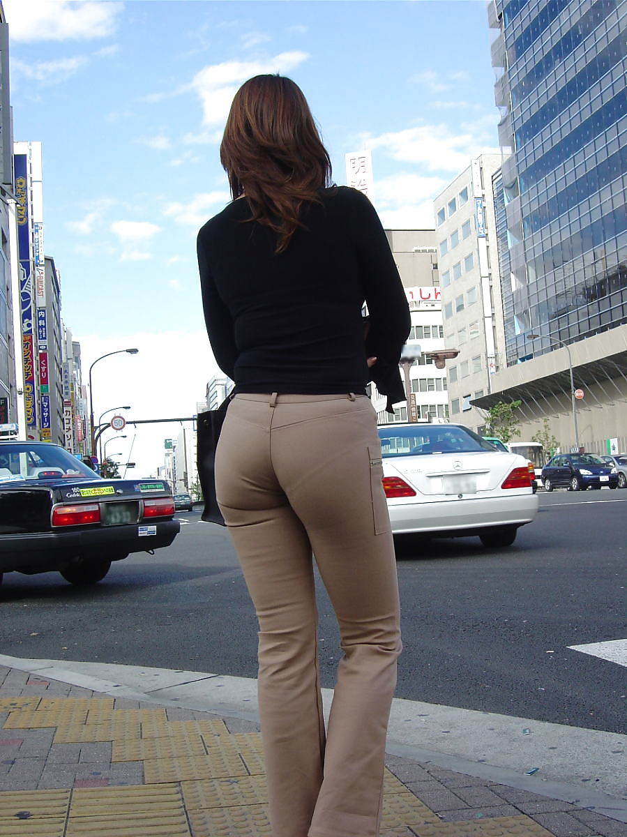 Can men get away with wearing skin tight yoga pants