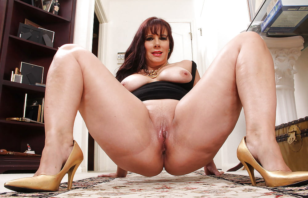 Mature Lady Fucking Her Pussy With High Heel