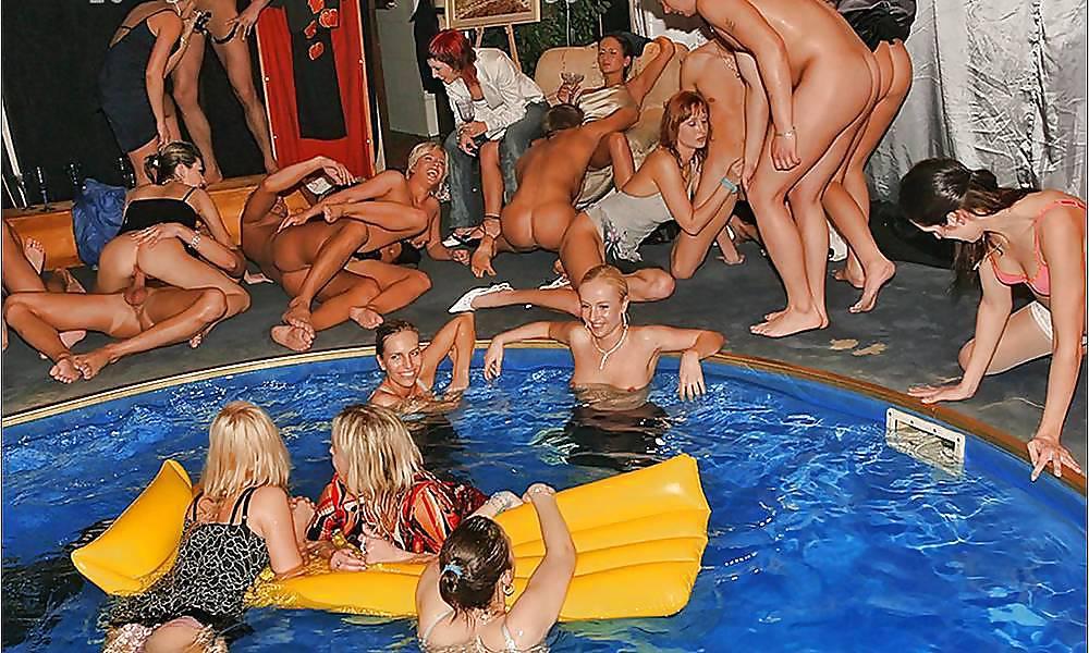Ебут троем групповуха в бассейне в одежде