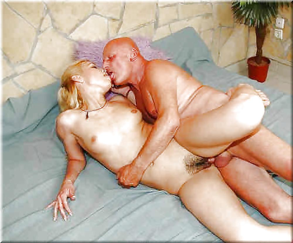Молодая девушка развлекает сексом пенсионера